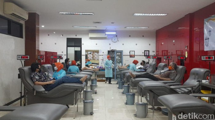 Pendonor di PMI Surabaya