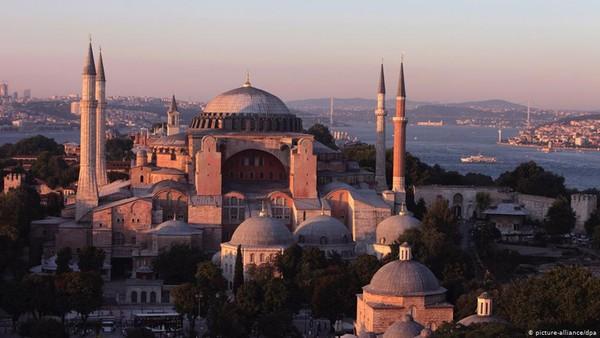Perubahan fungsi Hagia Sophia dari museum menjadi masjid telah disetujui baik oleh pengadilan Turki maupun Presiden Turki Recep Tayyip Erdogan yang menandatangani dektrit presiden soal status Hagia Sophia pada Jumat (10/7) waktu setempat. Foto: DW (News)