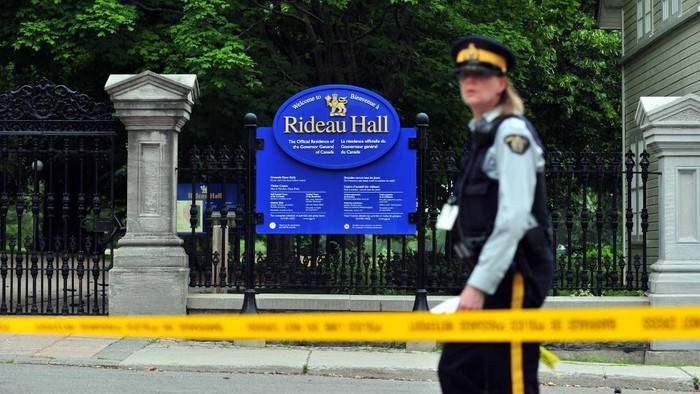 A Canadian police officer walks by Rideau Hall near the grounds of the Ottawa estate that is home to Prime Minister Justin Trudeau and the countrys governor general on July 2, 2020 in Ottawa, Ontario. - Canadian police on Thursday arrested an armed man who entered the grounds of an Ottawa estate that is home to Prime Minister Justin Trudeau and the countrys governor general. The suspect, who was not identified pending formal charges, managed to gain access to the property at Rideau Hall at about 6:40 am (1040 GMT).  Rideau Hall is the official residence of Governor General Julie Payette. Trudeau and his family live on the property at Rideau Cottage. (Photo by Mohamed KADRI / AFP)