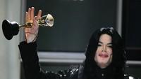 ingga 11 tahun berlalu, gonjang-ganjing kematian Michael Jackson masih menjadi topik yang hangat diperbincangkan. Banyak pula teori konspirasi yang muncul untuk memecahkan misteri kematian salah satu musisi tersukses ini.