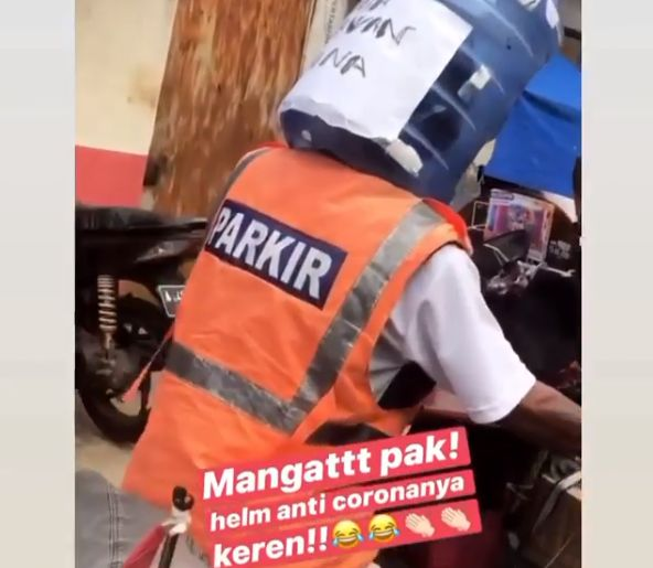 Pria pakai helm 'anti corona' dari galon air