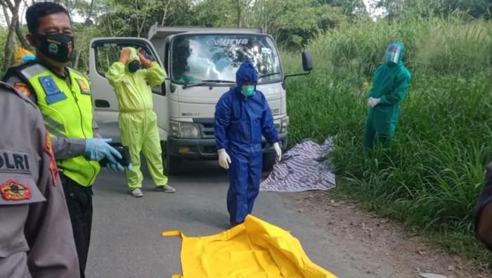 Proses evakuasi sopir truk pengangkut pasir yang tewas mendadak di Klaten