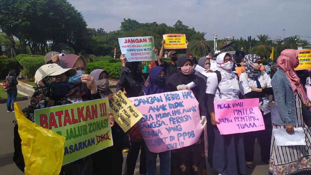 Aksi Protes PPDB DKI di Taman Pandang, Sejumlah Ortu Pakai Seragam Sekolah