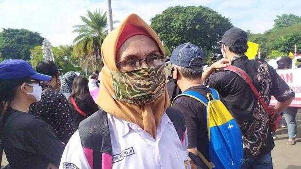 Suyatni mengikuti unjuk rasa di Taman Pandang, Jakarta Pusat, memprotes PPDB DKI Jakarta, Jumat (3/7/2020).