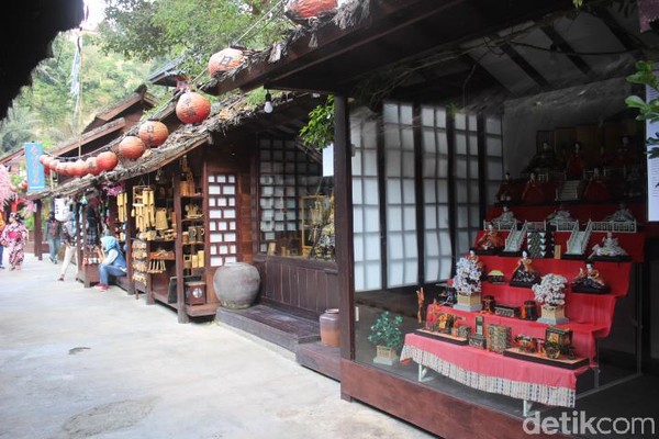 Di sana terdapat rumah dan kedai tradisional yang menjual pernak-pernik dan kudapan khas Jepang. (Foto: Putu Intan/detikcom)