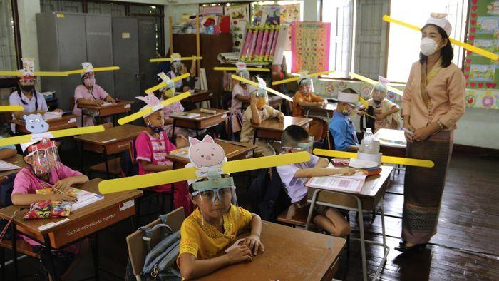 Pandemi COVID-19 membuat masyarakat kian kreatif dan inovatif guna mencegah penyebaran Corona. Salah satunya dengan membuat topi seperti tanduk untuk jaga jarak.