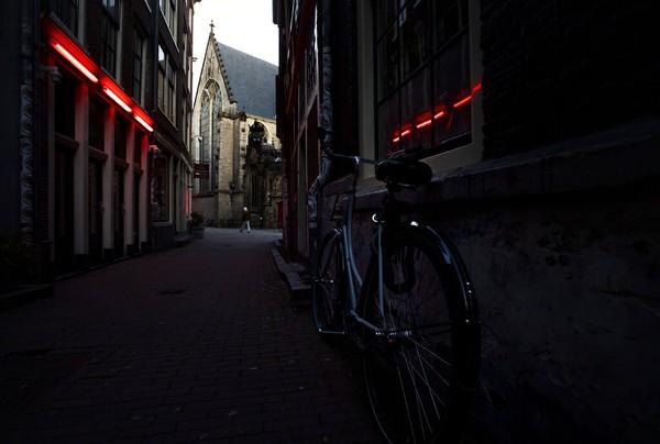 Red light district di Amsterdam itu tutup sejak Maret hingga Juni untuk memutus rantai penularan COVID-19. Langkah itu membuat industri seks di kota itu meredup.
