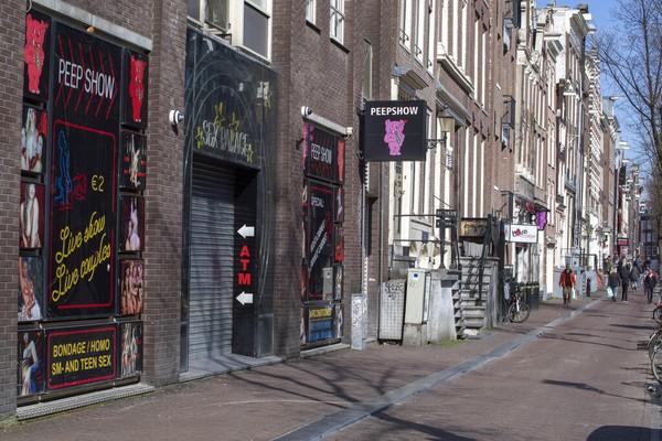 Janet van der Berg, salah satu perwakilan Pusat Informasi Prostitusi di red light district, mengatakan tidak semua rumah bordil di kawasan itu membuka etalase mereka pada hari pertama itu. Sebab, jumlah pelancong di Amsterdam belum banyak.