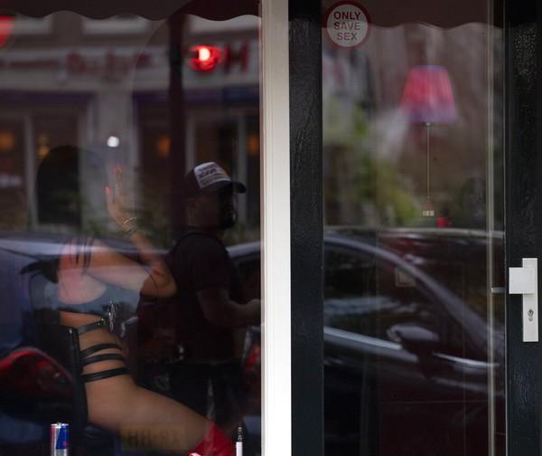 Tapi, para pekerja seks sudah mendapatkan tamu cukup banyak. Ya, prostitusi memang legal di Belanda dan ada aturannya.