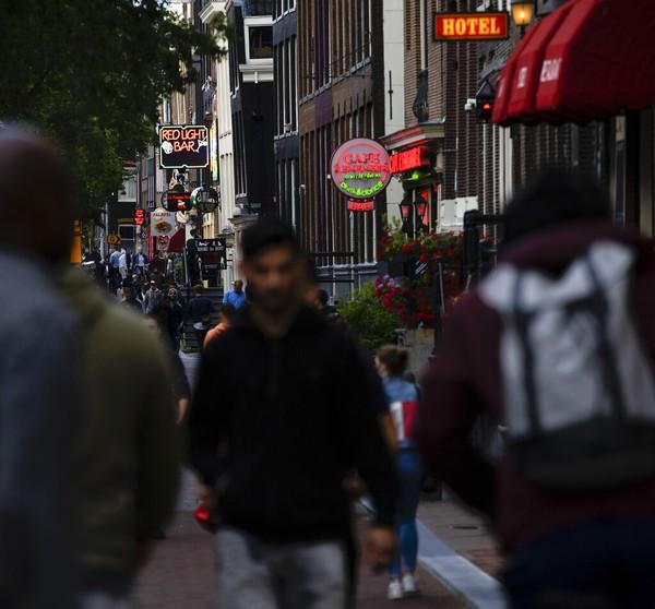 Selama bertugas, para pekerja seks itu harus aktif untuk turut meminimalkan penularan virus Corona, baik untuk dirinya atau pun pelanggan. Salah satunya, mengecek kesehatan pekerja seks dan pelanggan sebelum memasuki ruang kerja.