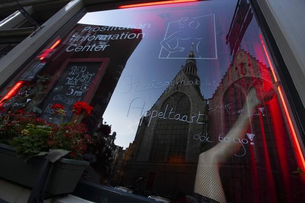 Wisata prostitusi Amsterdam di red light district kembali beroperasi sejak 1 Juli 2020 saat pandemi virus Corona. Dan seperti kawasan wisata lainnya, di tempat ini bakal diterapkan protokol kesehatan.