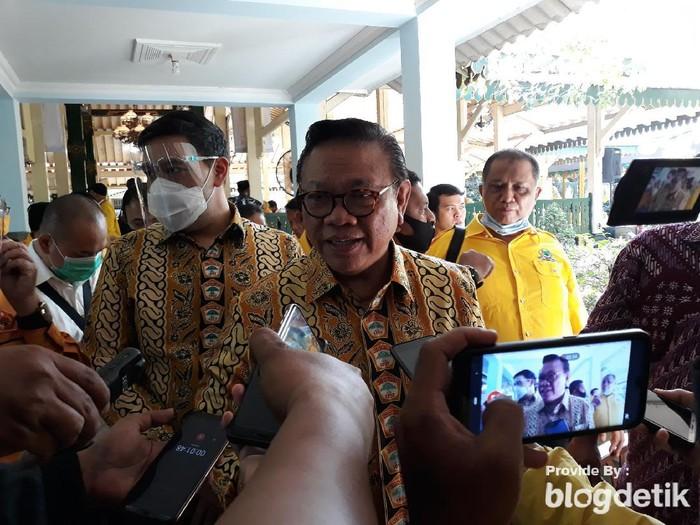 Anggota Dewan Pertimbangan Presiden Agung Laksono di Bantul, Sabtu (4/7/2020). (Pradito Rida Pertana/detikcom)