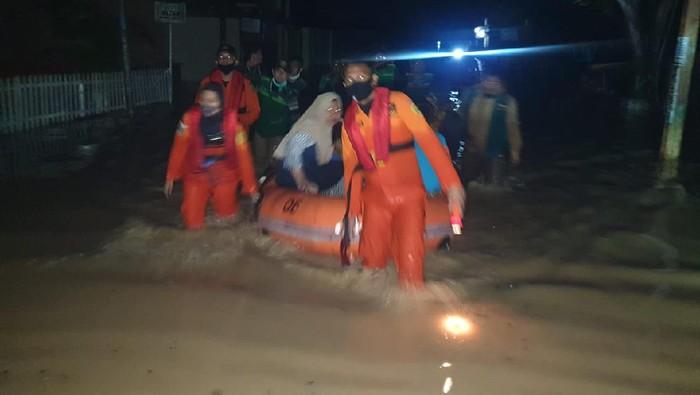 Evakuasi warga di banjir Gorontalo