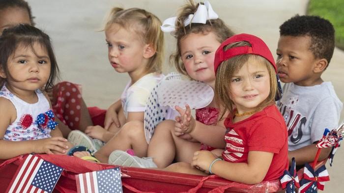 Stepping Stone School, Texas, menggelar parade kereta dorong yang diikuti balita dalam rangkaian kegiatan Kemerdekaan AS.