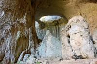 Gua Prohodna merupakan gua karst, dengan rangkaian yang mencapai panjang 262 meter. Bagian dalamnya cukup luas, dengan tinggi gua mencapai 35-45 meter. (iStock)