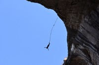 Satu lagi yang menarik, di sana traveler dapat mencoba bungee jumping tepat di bagian mata dewa. Siap-siap teriak, dari ketinggian 30-an meter ke bawah ke bagian dalam gua. Huaa! (iStock)