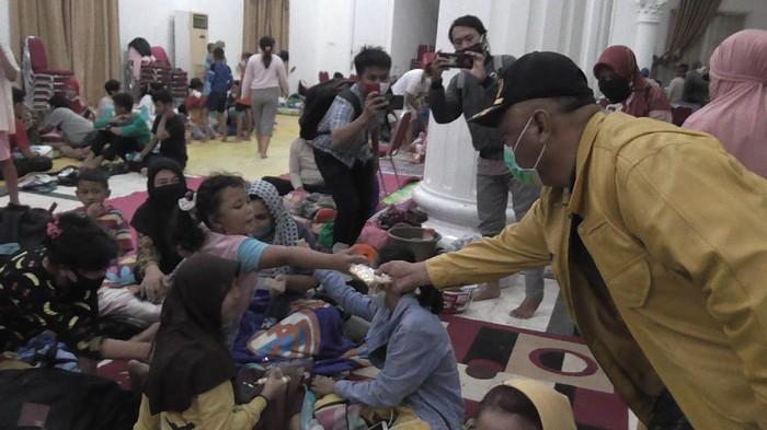 Gubernur Gorontalo Rusli Habibie di posko pengungsian korban banjir Kota Gorontalo