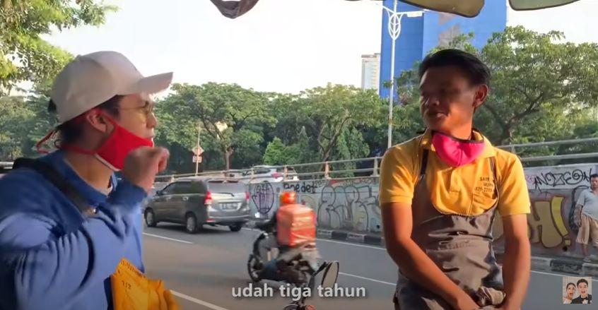 Kebaikan Baim Wong Saat Bantu Penjual Makanan Kecil