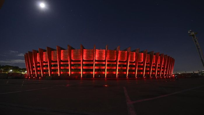 Sorot cahaya lampu berwarna merah menyala menghiasi sudut-sudut serta bangunan paling ikonik di Belo Horizonte, Brasil. Ada apa?