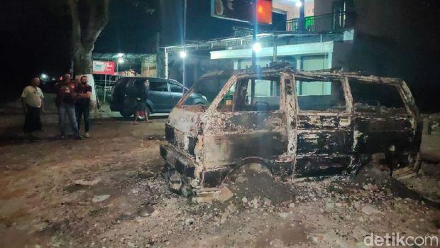 mobil terbakar di jember