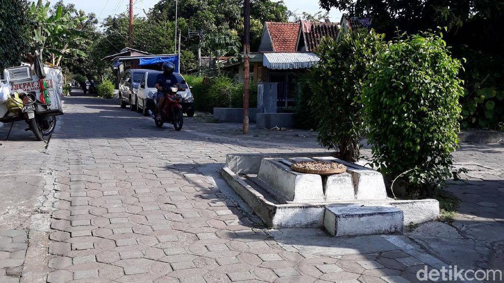 Penampakan 3 Makam Berjejer di Pertigaan Jalan Kota Solo