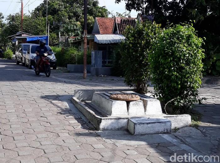 Tiga buah pusara kecil tanpa nama berada di tengah pertigaan jalan kampung di kawasan Keraton Kasunanan Surakarta.