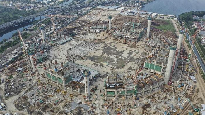 Foto udara proyek pembangungan Jakarta International Stadium (JIS) atau Stadion BMW di Jakarta, Sabtu (4/7/2020). Progres pembangungan stadion berkapasitas 80 ribu penonton itu telah mencapai 23,6 persen dan direncanakan rampung pada tahun 2021. ANTARA FOTO/Hafidz Mubarak A/wsj.