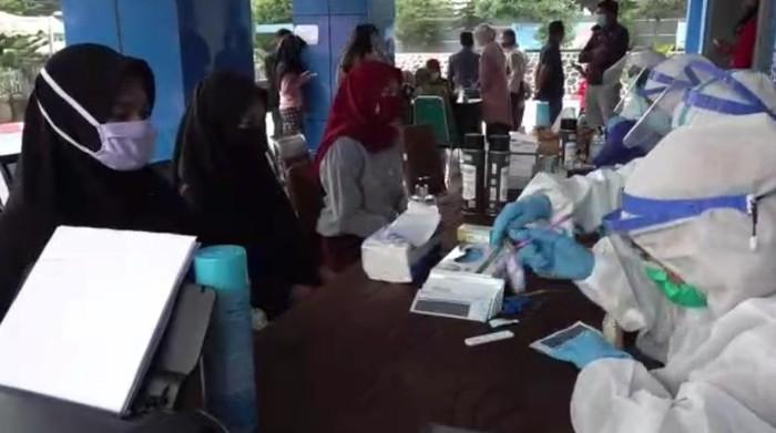 Ratusan mahasiswa di Kendari jalani rapid test