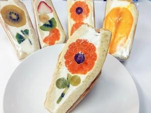 Cantik! Sandwich Isi Potongan Buah yang Disusun Seperti Bunga