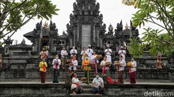 Sejumlah umat Hindu di kawasan Pura Dalem Purnajati Tanjung Puri, Jakut, tengah menunaikan sembahyang di Perayaan Hari Raya Saraswati