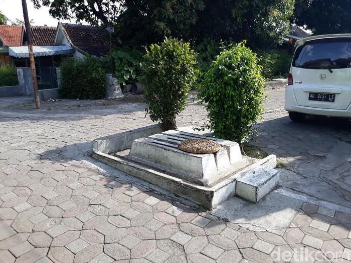 Tiga makam tanpa nama di tengah pertigaan jalan Solo, Jumat (3/7/2020).