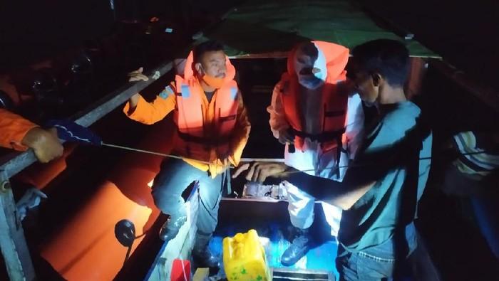 Tim SAR evakuasi kapal yang mesin mati di tengah laut di Wakatobi, Sultra