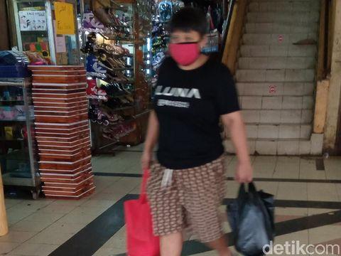 Warga di Pasar Kebayoran Lama masih memakai kantong plastik (Kadek Melda/detikcom)