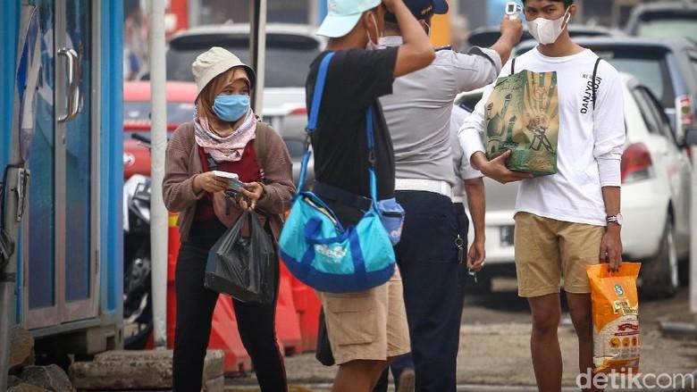 Di masa PSBB Transisi, wisata Kepulauan Seribu masih jadi primadona. Walaupun pengunjung dibatasi 50 persen, penumpukkan terlihat di Pelabuhan Kali Adem.