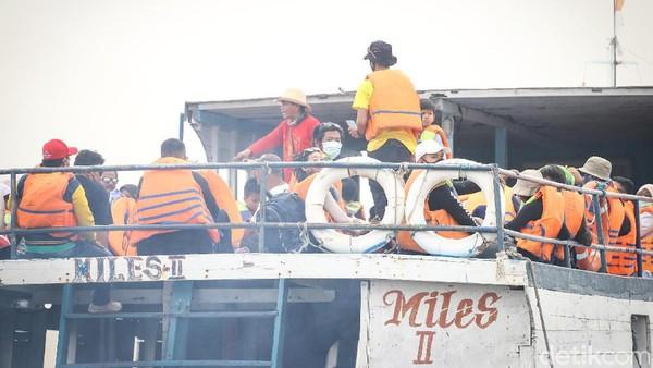 Standar keselamatan penumpang pun diberikan kepada para wisatawan.
