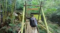 Untuk menuju air terjun, dari lokasi parkir harus berjalan kaki menempuh jarak 600 meter. Saat berjalan kaki wisatawan dimanjakan dengan keindahan tebing dan sungai yang masih alami. (Dian Utoro Aji/detikcom)