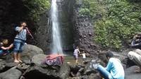 Sesampainya di sana, wisatawan dimanjakan dengan keindahan air terjun. Air terjun Kedung Gender memiliki ketinggian 20 meter. (Dian Utoro Aji/detikcom)