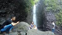 Ketua Pokdarwis setempat menjelaskan, pihaknya menyediakan paket wisata. Paket wisata itu terdiri dari objek wisata air terjun, kemudian menuju kampung lebah, dan melihat UMKM di Dukuhwaringin. Harganya cuma Rp 30 ribu. (Dian Utoro Aji/detikcom)