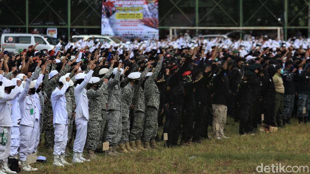 Persaudaraan Alumni (PA) 212 bersama sejumlah ormas gelar apel bertajuk 'Apel Siaga Ganyang Komunis'. Acara itu digelar di Lapangan Ahmad Yani, Jakarta.