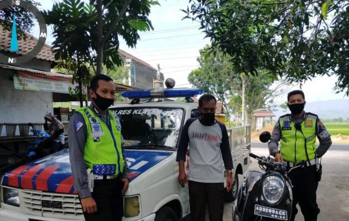 Anggota Sat Lantas menemui pemotor yang memegang gas dengan tangan kiri, Sabtu (4/7).