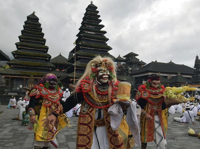 Sejumlah warga mengikuti upacara Pamahayu Jagat di Pura Besakih, Bali. Upacara itu digelar untuk menyambut tahapan pertama new normal di Bali.