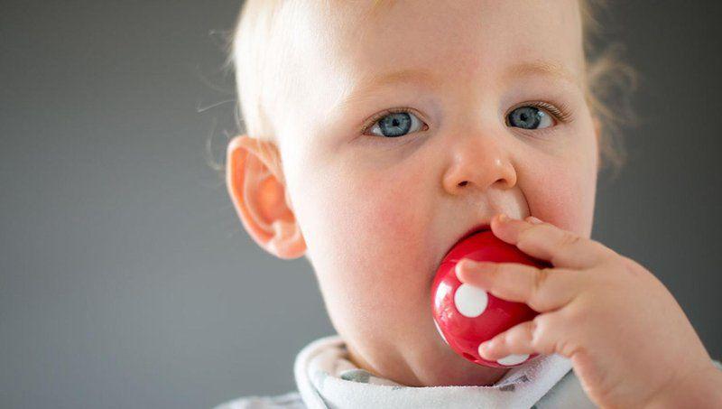 bayi makan benda asing