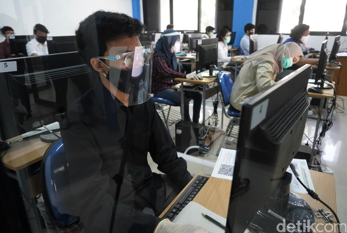 Ujian Tulis Berbasis Komputer (UTBK) digelar di Universitas Negeri Jakarta. Ujian masuk universitas itu digelar dengan terapkan protokol kesehatan.
