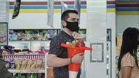 Pakai Bakul dan Koper, Bule Jerman Ini Gencar Promosi Anti Plastik