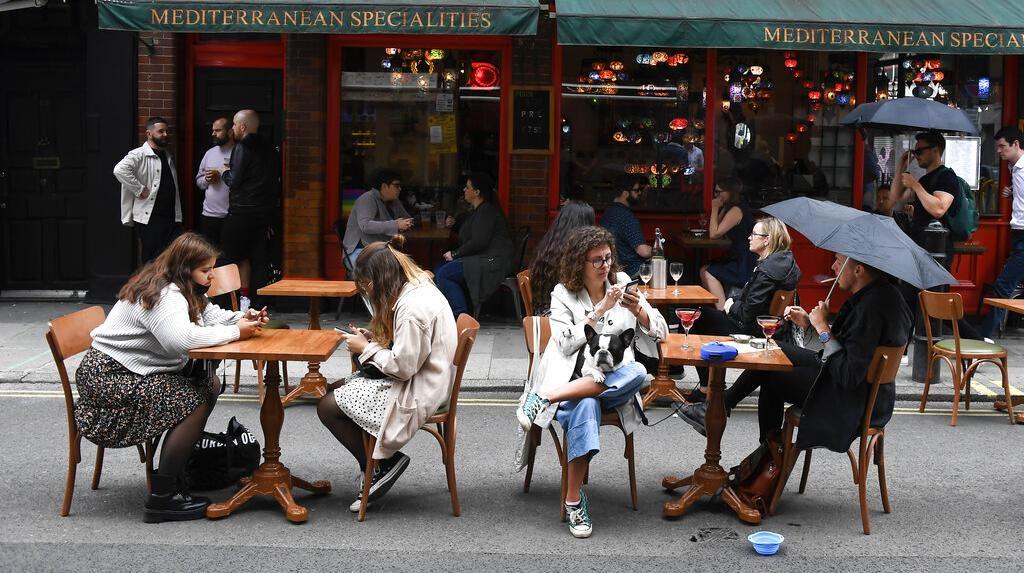 Warga Inggris Happy Pub dan Cafe Buka Lagi, Daya Beli Pun Terkerek