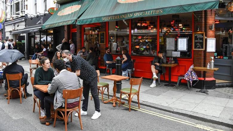 Pub hingga restoran di Inggris kembali dibuka usai pemerintah longgarkan lockdown. Warga pun antusias menikmati hiburan di akhir pekan.