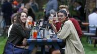 Cerianya Warga Inggris Bisa Nongkrong Lagi di Pub dan Kafe