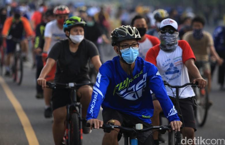 Hari bebas kendaraan bermotor kembali digelar di Kota Bekasi. Warga pun antusias bersepeda di CFD yang sebelumnya dihentikan sementara guna cegah COVID-19.