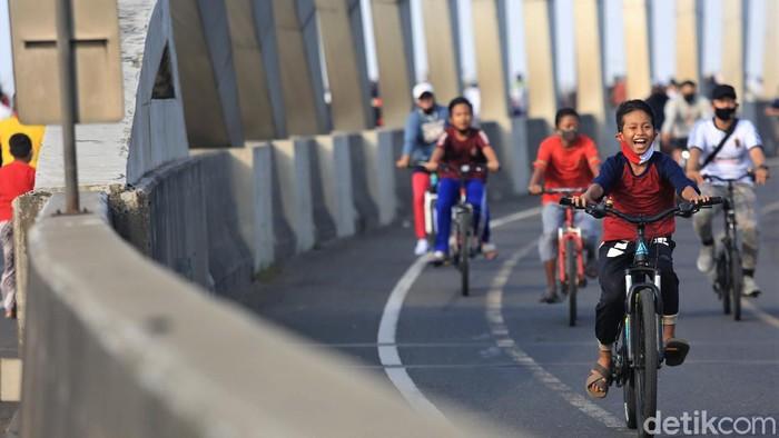 Bersepeda jadi kegiatan yang ramai dilakukan masyarakat di masa new normal. Jalur sepeda pun disediakan guna menjaga keamanan dan keselamatan saat bersepeda.