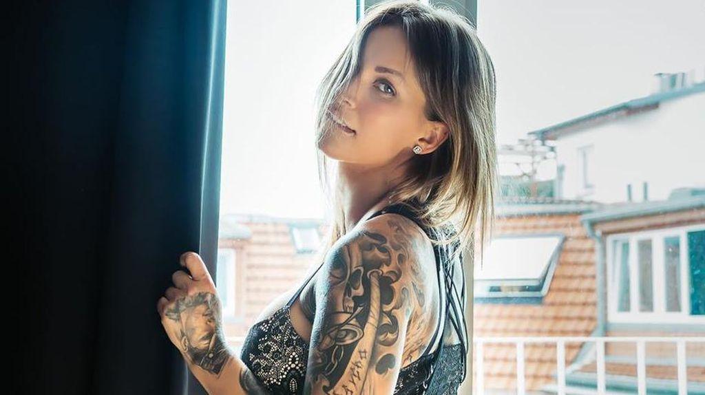Foto: Wanita yang Menyesal karena Punya Tato Nazi di Selangkangan